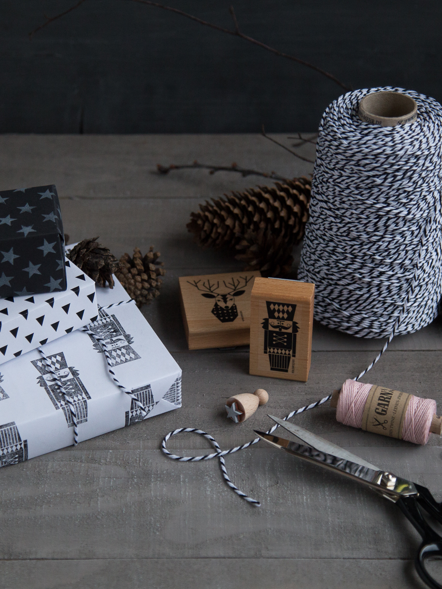 Wrapping paper DIY black-and-white with linen twine and stamps | GARN & MEHR