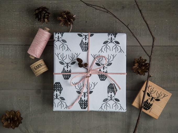 Geschenkpapier DIY mit Stempeln von Perlenfischer, Garn Leinenzwirn Puder-Rosa | GARN & MEHR