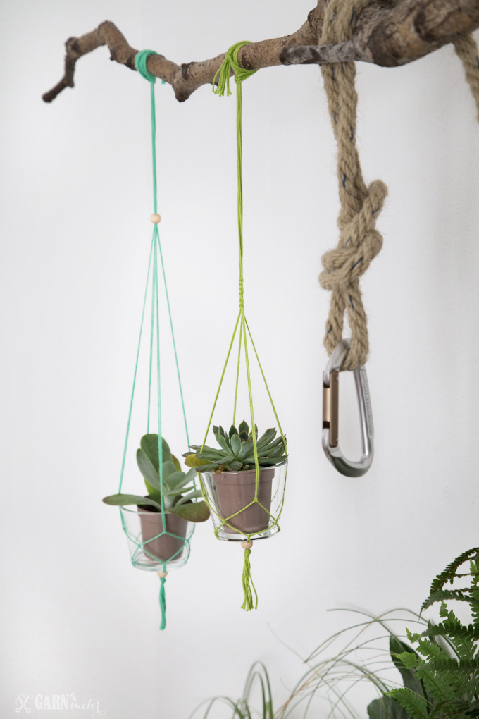 DIY Hanging planters with yarn for a urban jungle party decoration - www.garn-und-mehr.de
